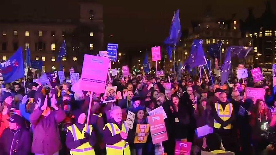 """شاهد: بريطانيون فرحون بعد رفض البرلمان اتفاق """"بريكست"""""""