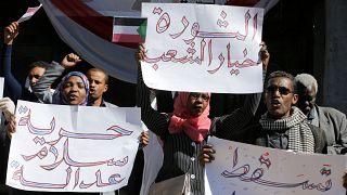 نظرة فاحصة-المحتجون بالسودان يريدون إنهاء حكم البشير المستمر منذ 30 عاما