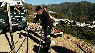 Továbbra sem találják a 100 méteres kútban rekedt spanyol kisfiút