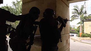 عناصر أمنية خارج المجمع الفندقي في نيروبي بكينيا الذي استهدفه الاعتداء