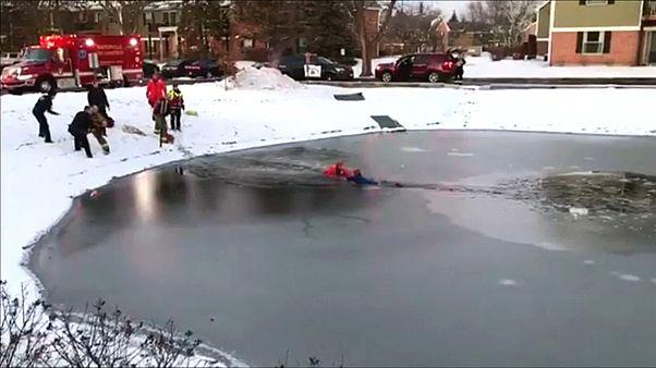 Video   İtfaiye ekibi donan gölete düşen çocuğu son anda kurtardı