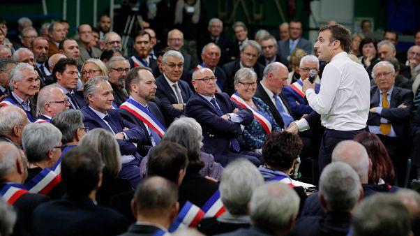 Macron face à des maires de Normandie à Grand Bourgtheroulde 15/01/19.