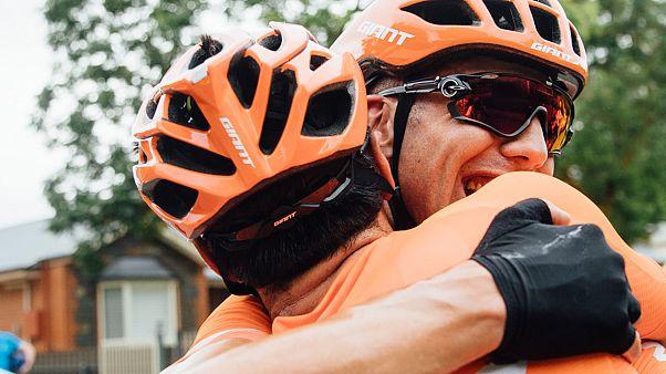 Tagessieger Patrick Bevin umarmt einen Teamkollegen