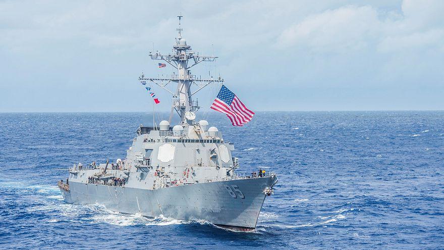 سفينة حربية أمريكية في مياه بحر الفلبين