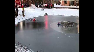 Un garçon prisonnier d'un étang gelé