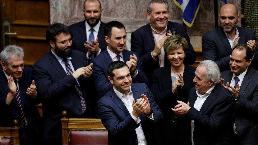 Primeiro-ministro grego e o respetivo executivo aplaudem voto de confiança