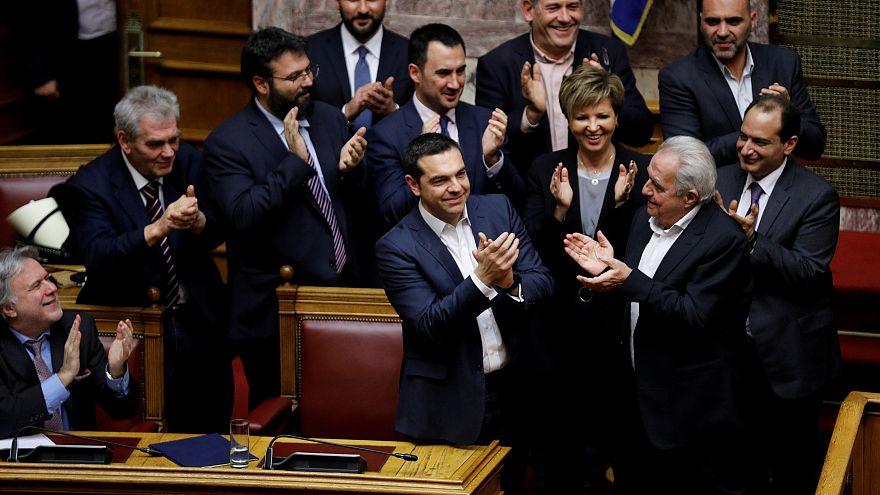 رئيس الوزراء اليوناني يفوز باقتراع على الثقة في حكومته