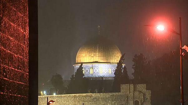 شاهد: زهرة المدائن في رداء أبيض وأمطار وأمواج ضخمة تضرب غزة