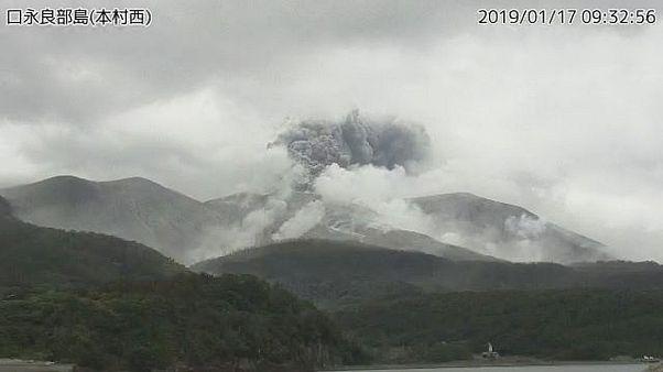 بركان يثور في إحدى الجزر اليابانية ولا خطر على السكان