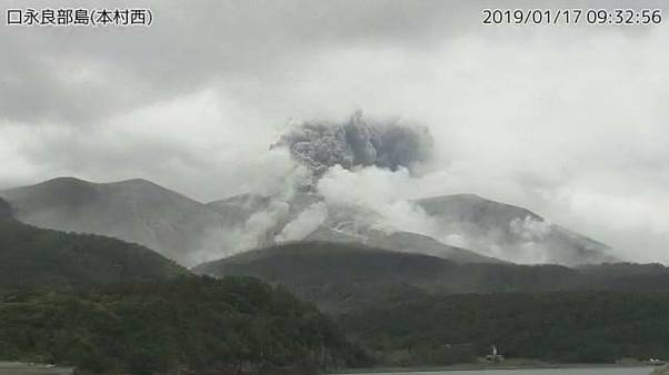 Vulkan auf kleiner Insel brodelt und spuckt