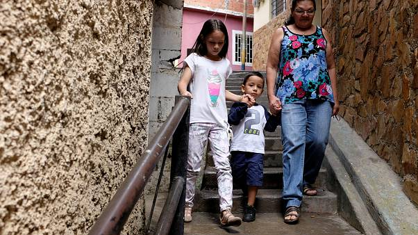 Cada vez más venezolanos dejan a sus hijos para emigrar