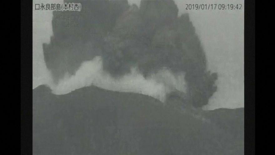 Erupciona un volcán en una isla de Japón