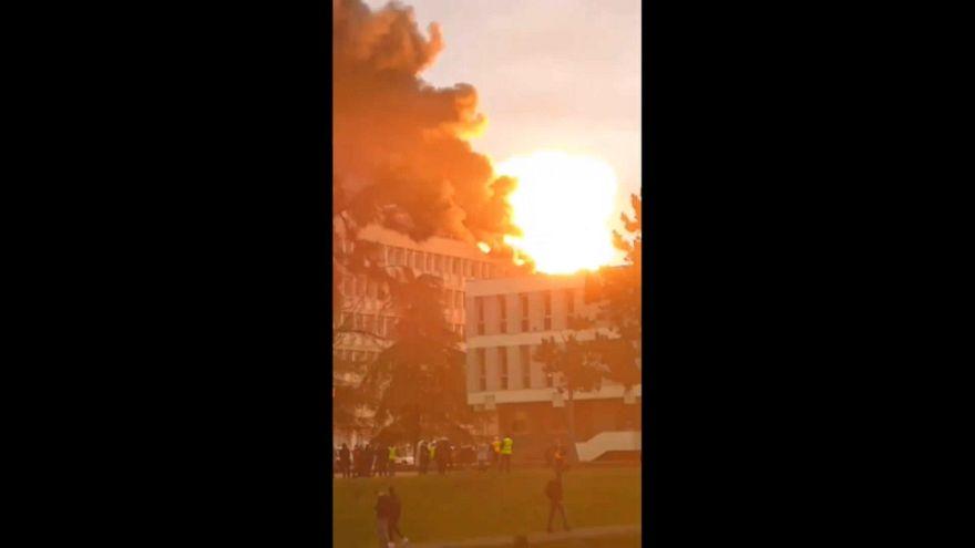 Violento incendio y explosiones de bombonas en la Universidad de Lyon