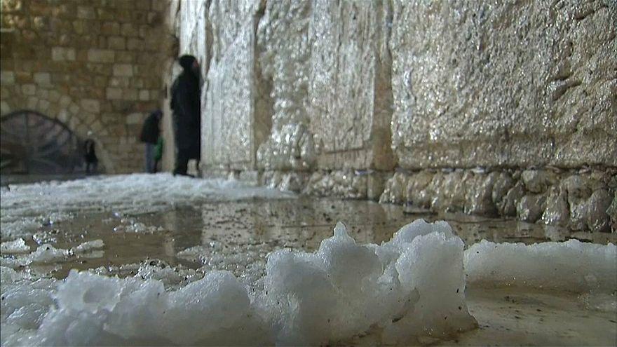 شاهد: القدس تتوشح بالبياض بعد سقوط الثلوج