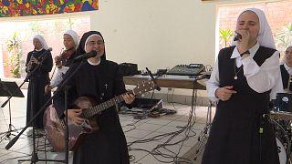 شاهد: فرقة روك أند رول قوامها راهبات ستقدم عروضها أمام البابا