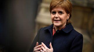 """Sturgeon dice que May no mueve sus """"líneas rojas"""""""