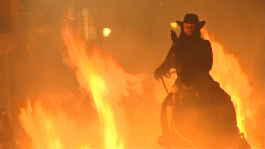 En Espagne, des chevaux traversent le feu