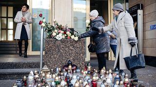 Gyertyákból kirakott szívvel emlékeztek a meggyilkolt gdanski polgármesterre