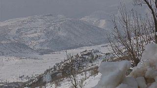 شاهد: الثلوج الكثيفة تغطي قرى بكاملها في كردستان بشمال العراق