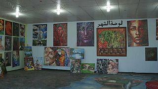شاهد: سوريون لاجئون يحولون طين صحراء مخيم في الأردن إلى عمل فني جميل