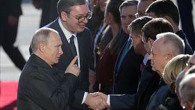 Poutine affiche l'amitié russo-serbe
