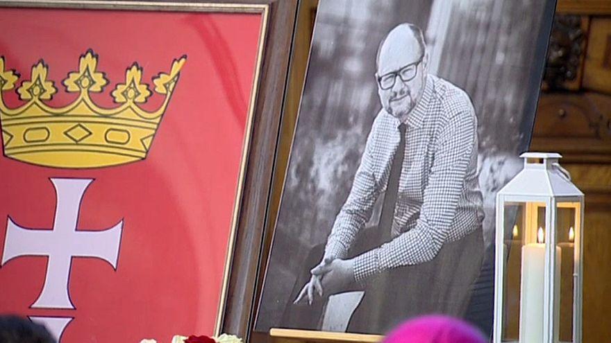 Búcsú a meggyilkolt gdanski főpolgármestertől