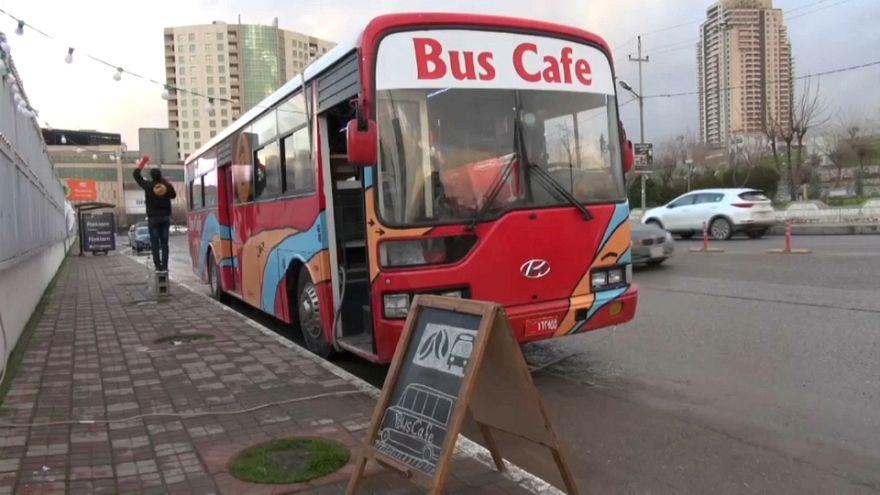 شاهد: الأزمة تلد الهمة.. حافلة تتحول إلى مقهى في العراق بعزيمة شباب يفتش عن رزقه