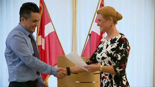 Δανία: Χειραψία για την απονομή υπηκοότητας