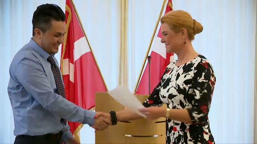 Dar la mano en público para obtener la ciudadanía danesa