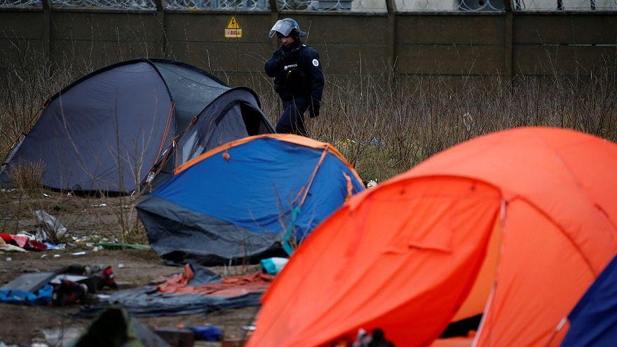 Migranti a Calais, stazione di servizio innalza muro alto tre metri