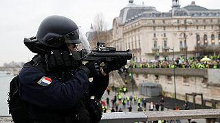 تعرف على السلاح الصاعق الذي تستخدمه الشرطة الفرنسية في مظاهرات السترات الصفراء