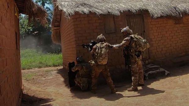 Dramatische Videoaufnahmen: UN-Fallschirmjäger gegen Rebellenbasis