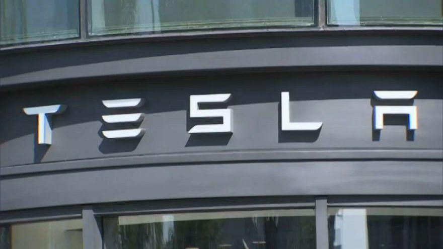Tesla: auto meno costose, più licenziamenti
