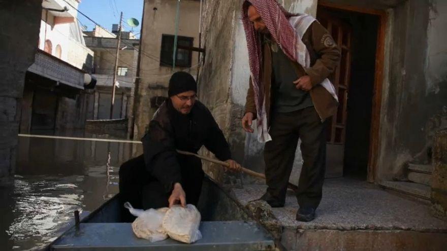 شاهد: أبو إيهاب يتحدى مياه العاصي في أزقة دركوش السورية لمساعدة المنكوبين