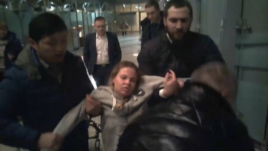 شاهد: روسيا تعتقل عارضة بيلاروسية تزعم حيازتها معلومات عن علاقة موسكو بترامب
