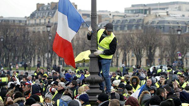 """Les """"gilets jaunes"""" maintiennent la pression sur Macron"""