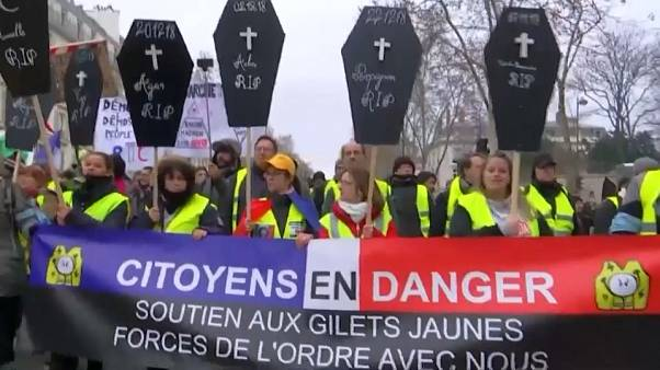 Gilet gialli: poche migliaia a Parigi, tensioni a Caen e Rennes