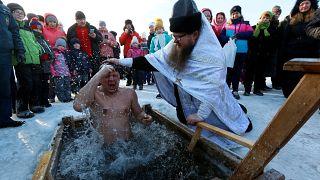 Russie : plongeon dans l'eau glacée pour l'Épiphanie