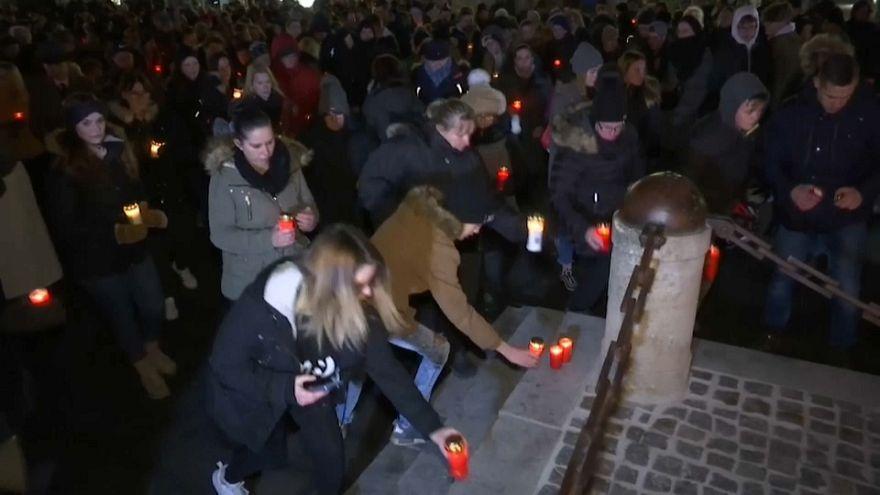 Bécsújhely: szélsőjobb színezetű virrasztást tartottak a megölt lányért