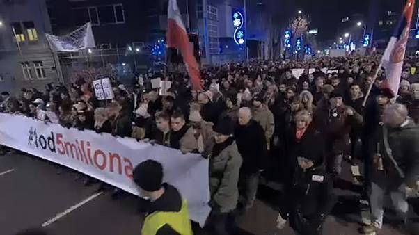 """""""Siamo in dittatura"""", Serbia in piazza contro il presidente Vucic"""
