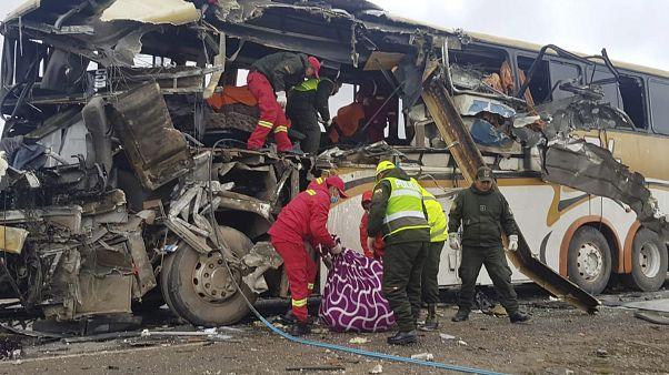 شاهد: اصطدام حافلتين في بوليفيا يخلف 22 قتيلا وعشرات الجرحى
