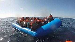 Migranti: riportati in Libia i 100 naufraghi in acque Sar