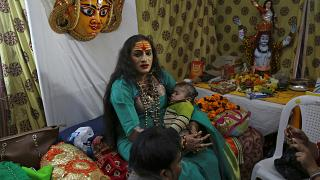Inde : les bénédictions inédites d'une transgenre au Kumbh Mela
