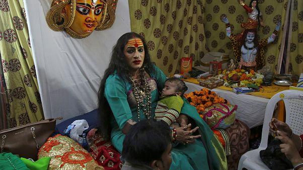 Indien: Transgender-Aktivistin Tripathi segnet Pilger