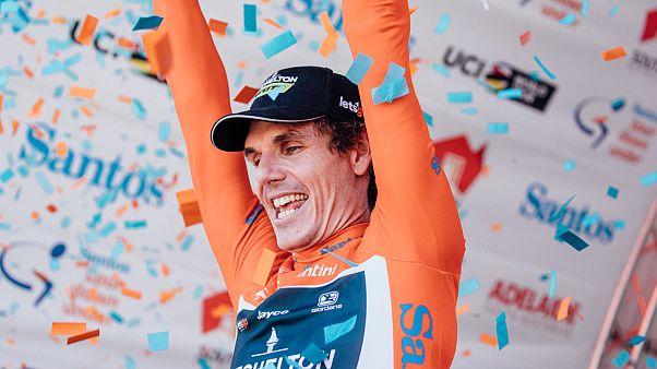 Der Gewinner der Tour Down Under, Daryl Impey, beim Jubel auf dem Podest