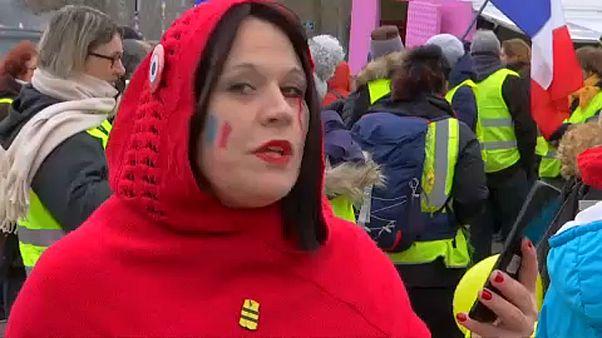 Nők tüntettek az Eiffel-toronynál