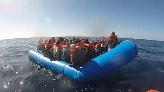 Újabb mentőhajónyi ember reked a tengeren