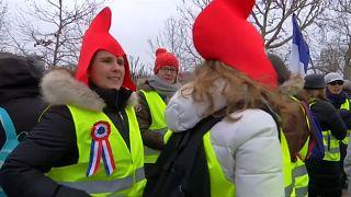 Weibliche Gelbe Westen demonstrieren