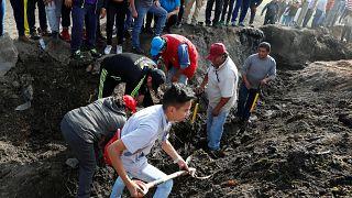 Funerales y búsquedas desesperadas tras la explosión de un oleoducto en México
