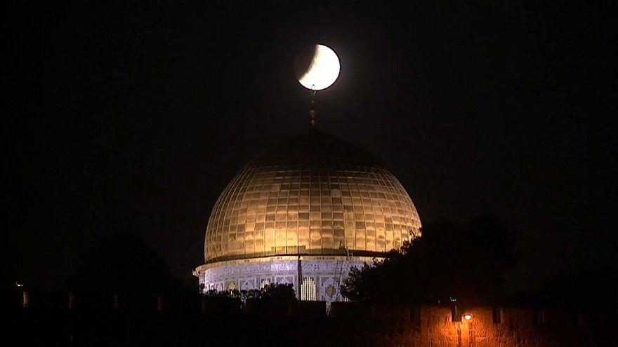 شاهد: خسوف القمر من وراء قبة الصخرة في القدس